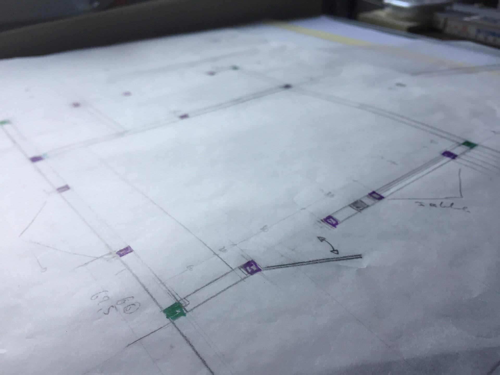 Gartenhütte planen: Skizze eines Gartenhauses.
