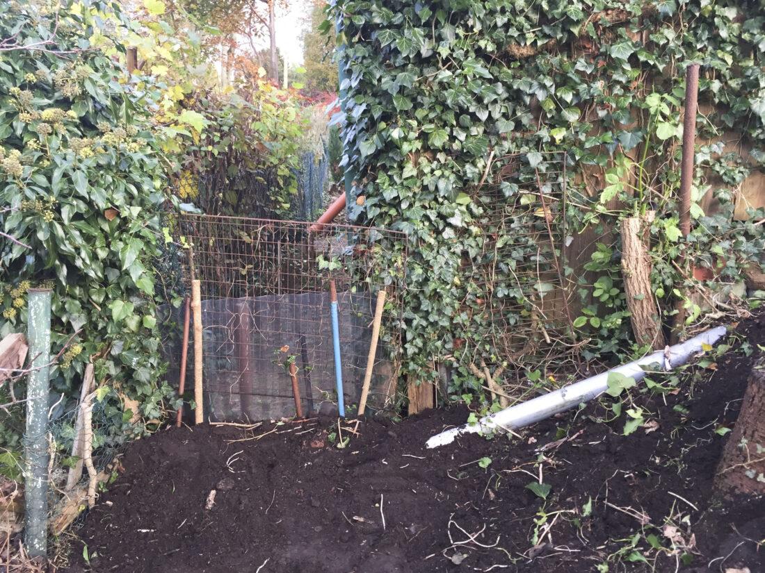 In der Ecke eines Gartens entsteht ein Igelhaus.