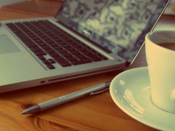 Gartenblogs: Symbolbild mit einem Laptop und einer Tasse Kaffee.