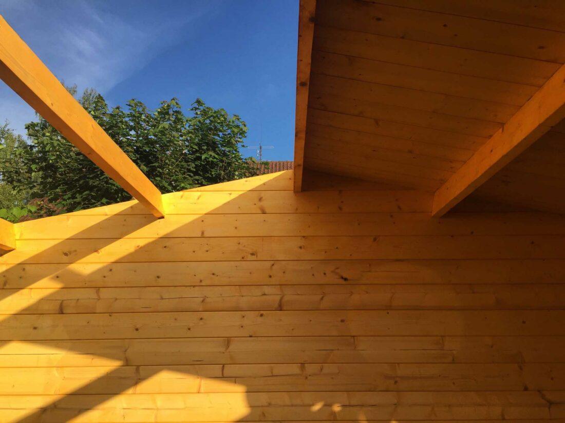 Das Dach der Hütte wird abgebaut