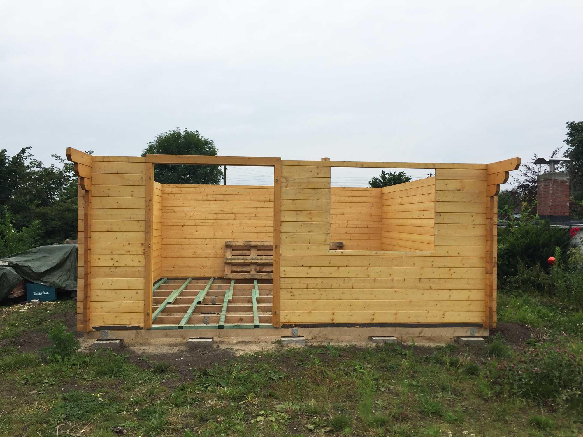 Korpus einer Gartenhütte aus Holz.