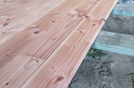 Holzfußboden, der mit Nut und Feder verlegt ist.