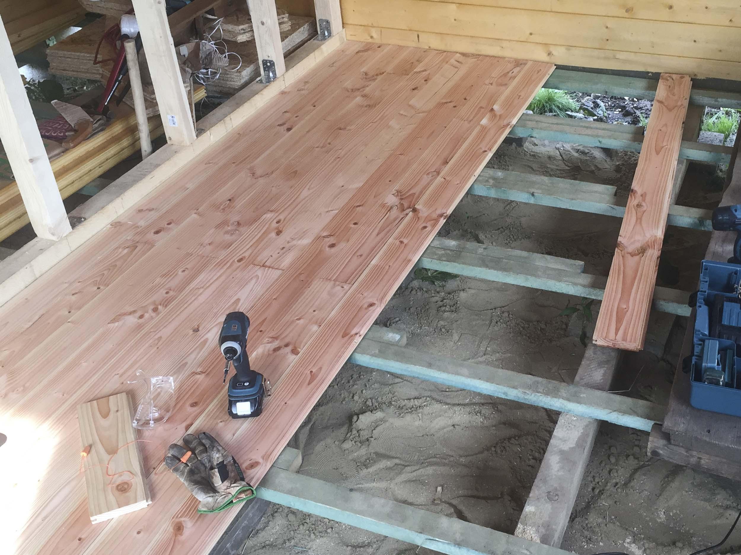 Holzfußboden Schwimmend Verlegen ~ Holzfußboden verlegen: schritt für schritt erklärt. plus material tipps!