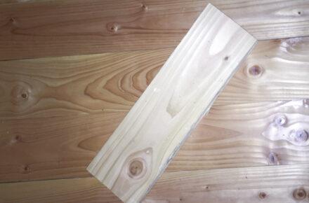 Ein ungeöltes Holzbrett liegt auf einem geölten Fußboden.