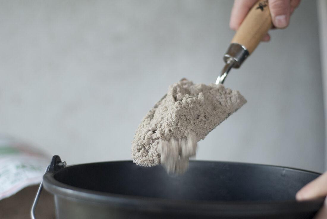 Schritt eins beim Saatkartoffeln einlagern: Sand in einen Eimer füllen.