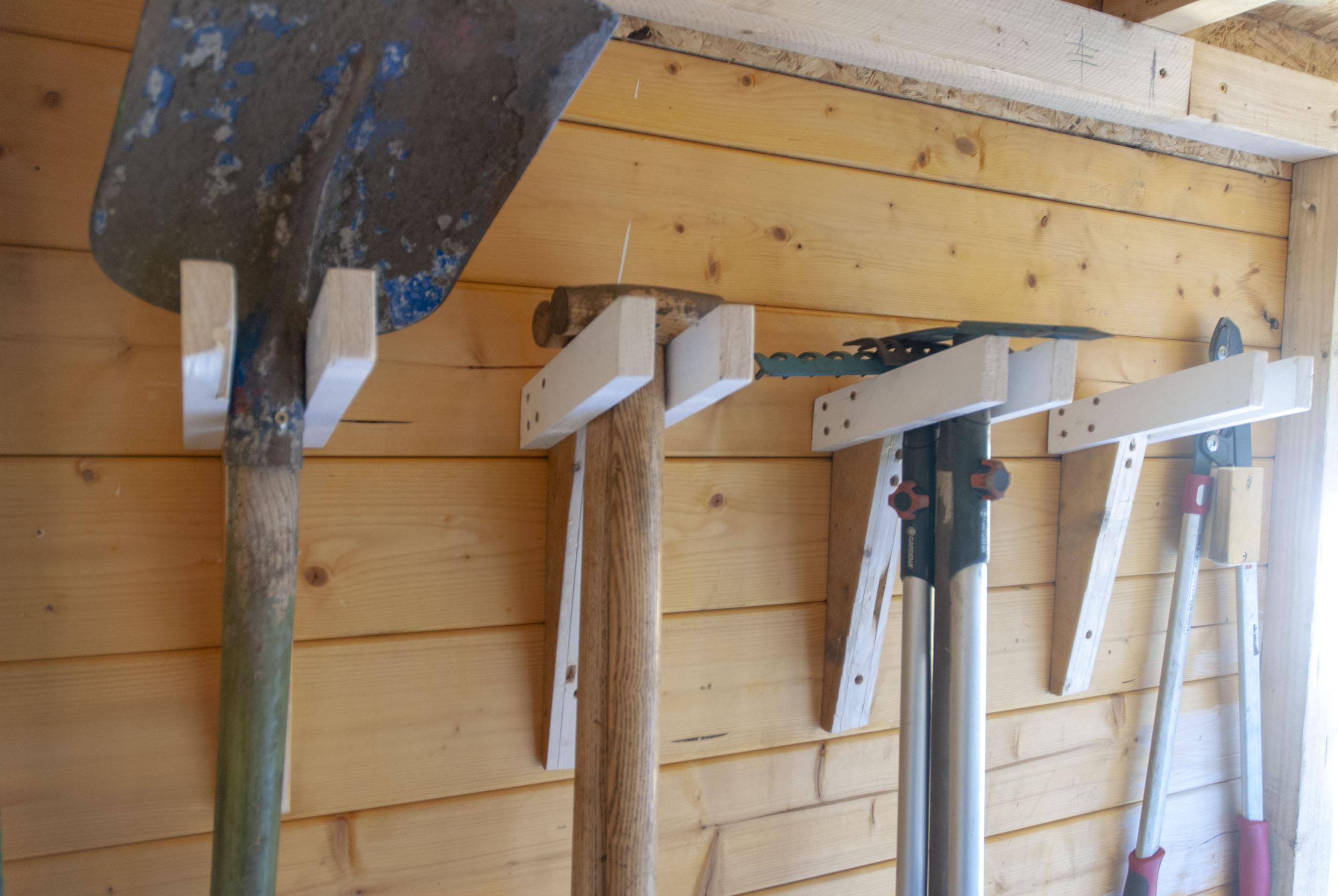 gartengeraetehalter-selber-bauen-fertige-halterung – ein stück arbeit
